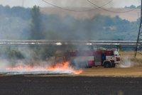 V Kralupech hořelo pole: Požár způsobila závada v areálu chemičky