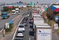 Dvacet vězňů havarovalo na dálnici! Autobus nedobrzdil a blokuje směr z Vyškova do Brna