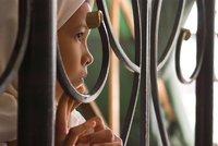 Patnáctiletou dívku znásilnil bratr. Za potrat jde na půl roku za mříže