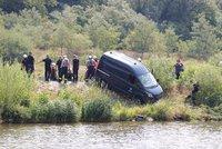 Opilý řidič sjel s dodávkou města do Vltavy: Nadýchal přes tři promile, auto vytáhli hasiči