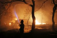 Strašlivé požáry v Řecku mají už 79 obětí. Zoufalí rodiče hledají své děti