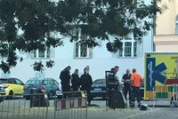 Motorkář boural na náměstíčku do stromu. Odnesl to otevřenou zlomeninou