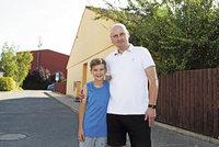 """""""Tati, neboj, já našel bydlení."""" Poškození H-Systemem řeší závist i hrozbu ulice"""