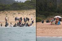 Na nudapláži přistáli migranti, lidé strnuli i pomáhali. Z moře vytáhli Španělé dalších 1000