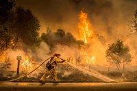 Požáry pustoší Kalifornii: Osm mrtvých, shořelo 650 domů. V akci je 12 tisíc hasičů