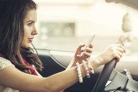 """Nový metr na řidiče: O """"papíry"""" je připraví i 3x mobil za volantem"""