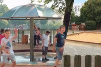 Spalující žár na dětských hřištích: Jak ke klimatickým změnám přistupují pražské radnice?