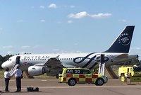 Evakuace letu ČSA do Prahy: Cestující museli v Helsinkách ven po skluzavkách