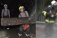 Perná noc pražských hasičů. Za tmy vyjížděli kvůli bouřce, zrána kvůli požáru vozidla
