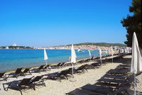 Boj na chorvatských plážích: Podnikavci s lehátky vytlačují lidi s ručníky