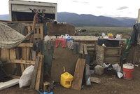 V kůlně na poušti hladovělo 11 dětí. Ani zkušený policista tohle nepamatuje