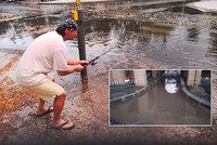 Pražané musí být šílení. Vytoužený déšť přinesl spoustu radosti, v Praze 6 se v ulicích dokonce rybařilo