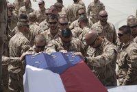 Přímý přenos: Letadlo s ostatky tří padlých vojáků přistálo v Praze