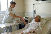 Horší hojení ran a výheň v pokojích: Pacienty i zdravotníky trápí vedra, chybí klimatizace
