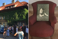 FOTO: Zůstalo jen křeslo Dášeňky. Na vilu Karla Čapka se stála fronta, uvnitř byly jen holé zdi