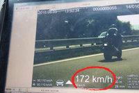 Tomáš (42) se na motorce řítil 82 km/hod nad limit! Z jeho výmluvy padli policisté do mdlob