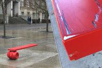 »Havlovu« lavičku zase někdo poškrábal: Každá oprava uměleckého díla za více než čtvrt milionu stojí radnici desetitisíce