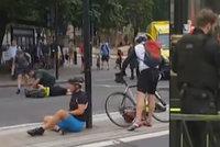 Teror v Londýně: Do davu lidí před parlamentem najel vůz. Oblast je uzavřena