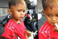Dvouletý chlapeček vykouří 40 cigaret denně. Kupují mu je rodiče!