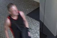 VIDEO: Hyperaktivní zloděj na útěku: Poslouchal za dveřmi, pak z bytu v centru Prahy ukradl notebook