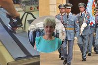 Roztržené kalhoty při kladení věnců: Soňa Adamcová (54) se 19 let stará o uniformy Hradní stráže