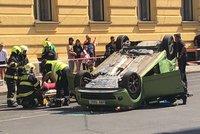 Auto na střeše, tramvaje stály. Ve Spálené došlo k nehodě dvou aut, zraněného odvezla sanitka