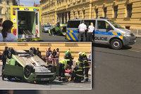 Auto na střeše, tramvaje stály. Ve Spálené došlo k nehodě dvou aut, muže (66) odvezla sanitka