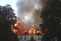 Na Trutnovsku hoří barokní zámek! Byl na prodej za 14,5 milionu