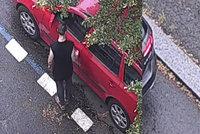 """VIDEO: Zloděj ze Žižkova, co nic neukradl: """"Odemkl"""" vozidlo, které mu nepatřilo"""