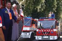 Záchranářská svatba na Vyškovsku: Kolegu vyprovodili do manželství sirény sanitek i hasičů