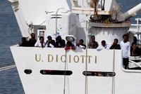 Víc než 50 migrantů beze stopy zmizelo z přijímacích center. Předtím je nechtěli pustit z lodi