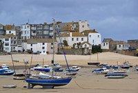 """Nabral si oblázky na pláži, má zaplatit 28 tisíc. Turistu v Anglii """"vyhmátli"""""""