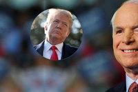 Dotčený Trump: Za pohřeb McCaina mi nepoděkovali. Se senátorem byl na kordy