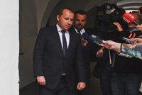 Hamáček si protáhl slib. ČSSD ho nechává na dvou vládních židlích až do voleb