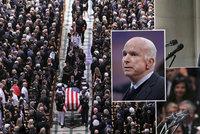 Se senátorem McCainem (†81) se loučili Obama i Bush ml. Trump šel radši na golf