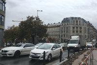 Třetině Pražanů se nevyplatí vlastní auto. Dvě třetiny mají problém s parkováním