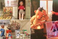Hrou a vzděláním k vlastenectví: Ve Chvalech vystavují hračky našich prapředků i Pata a Mata