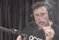 Boháč Musk kouřil v pořadu trávu. A akcie Tesly klesly, rezignoval hlavní účetní