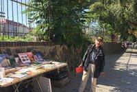 Mírovi (65) vandalové rozbili stánek s knihami. Dejvičtí ho ale ve štychu nenechali