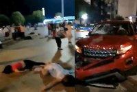 Řidič v SUV najel do davu a nejméně devět lidí zabil. Dalších 40 je zraněných