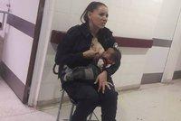 Tohle je ta pravá hrdinka! Policistka ve službě nakojila podvyživené dítě a zachránila mu život