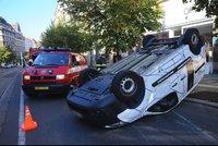 Nehoda na Vinohradské: Řidička otočila auto na střechu, hasiči ho vraceli na kola