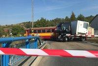 Střet náklaďáku a vlaku na přejezdu v Kralupech: Zranili se cestující, na železnici to stálo