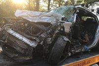 Tragická nehoda u Votice: Po srážce kamionu s osobákem zemřeli dva lidé, další bojuje o život