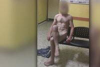 Bizarní policejní zásah v Chomutově: Muž vyhrožoval malým dětem a pak se svlékl donaha