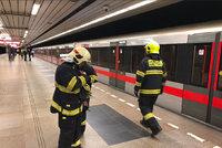 Osoba v kolejišti: Mezi Kačerovem a Pražského povstání kvůli nehodě nejezdí metro