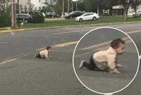 """Rodičům odlezlo batole na silnici, řidič se zděsil: """"Málem jsem ho přejel"""""""