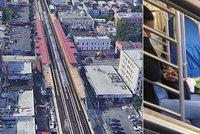 Pár si ve vagonu metra postavil stan: Fetovali před zraky šokovaných cestujících