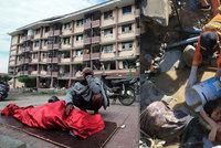 Ženu pohřbila tsunami, zachránili ji. Dispečer odbavil letadlo a zemřel, obětí budou tisíce