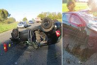 Mladík (20) za volantem dostal smyk a vyboural se. Volkswagen otočil na střechu